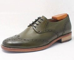 The impressive shoes with their leather colored by hand