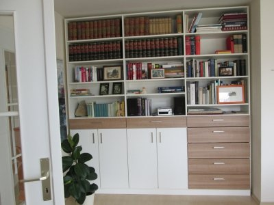 Moderne boekenkast op maat met draaideuren en lades onder in de kast ...