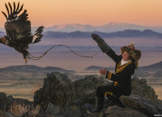 BBC News - A 13-year-old eagle huntress in Mongolia
