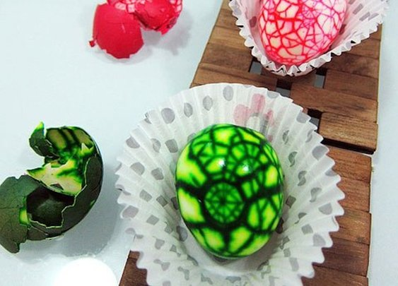 Make Psychedelic Colourful Marbled Easter Eggs