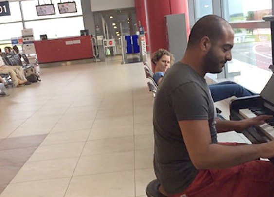 Talented Pianist Performs 'Für Elise' In Multiple Styles Prague Airport
