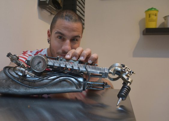 Man Gets World's First Prosthetic Arm That's Also a Tattooing Machine - My Modern Met