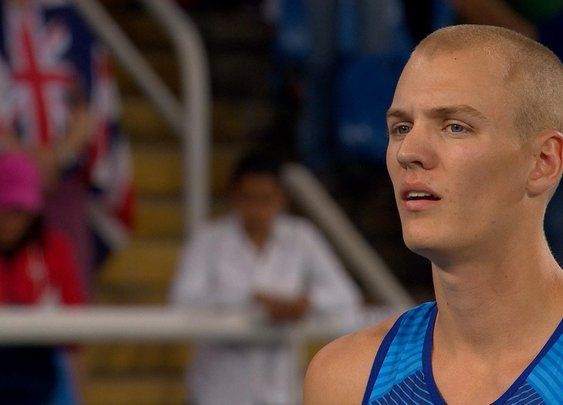 U.S. pole vaulter hears national anthem, stops mid-attempt