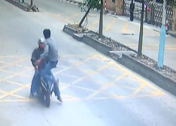 Trucker kicks thief off speeding motorbike to retrieve stolen phone - YouTube