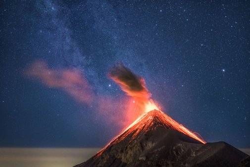 This Guy Photographed an Erupting Volcano and The Milky Way Both In One Photo - UltraLinx