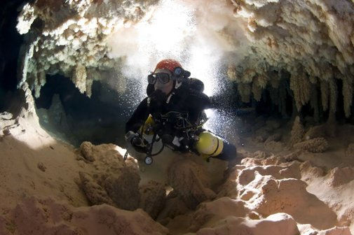Two days in an underwater cave without oxygen - BBC News