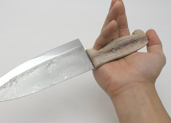 Knife Expert Makes a Sharp Butcher Knife Out of Aluminum Foil
