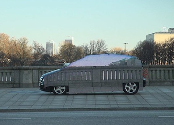 Mercedes slaps sheet of LEDs on the side of an F-Cell, turns car into a chameleon -- Engadget