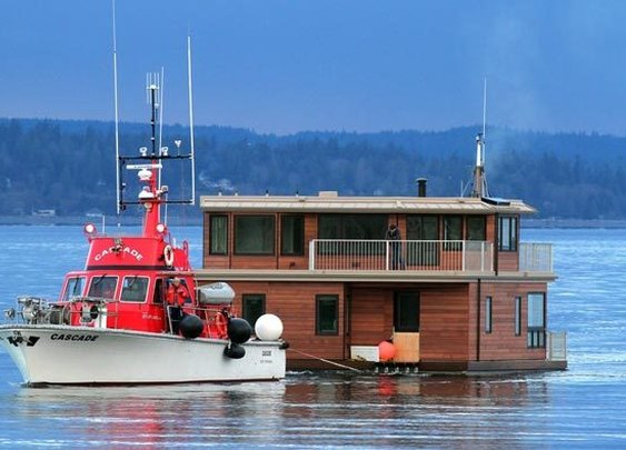 Houseboat heads for new home on Lake Union