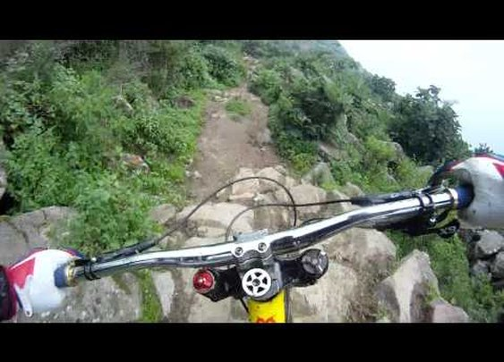 Mtn Bike on a cliff Alejandro Paz - zona de piedras Casta
