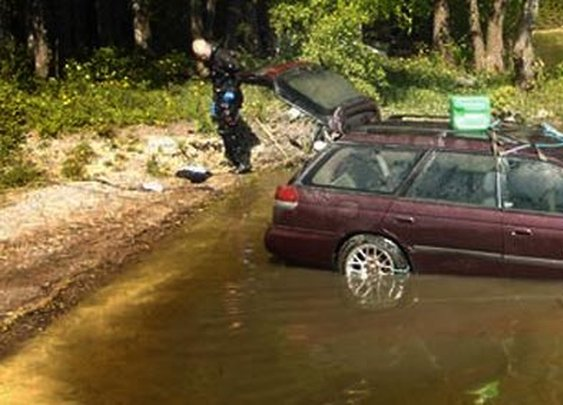 Submerged in a Finnish lake for 3 months, this 1996 Subaru Legacy starts on first try