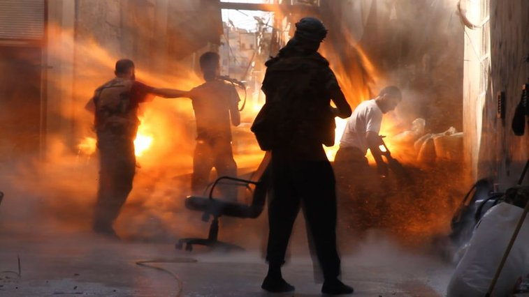 Photographer captures moment of tank shell impact on 4 Syrian soldiers