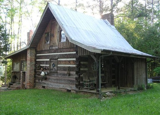 Small and Stunning Log Cabin
