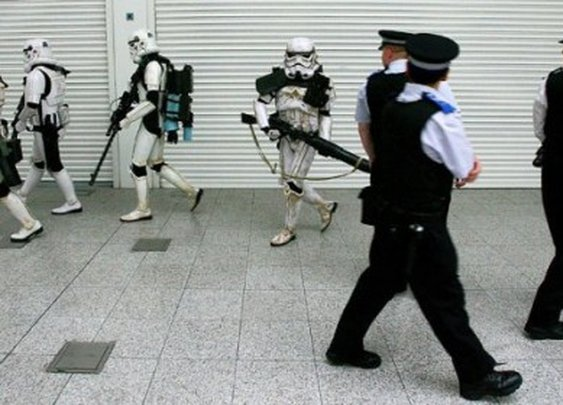 Awkward Stormtrooper and Police moment in the London Underground - Priceless