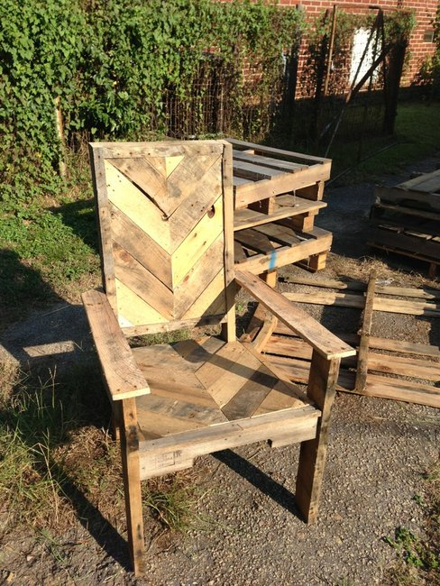 Pallet Wood Chair - www.facebook.com/helprenew