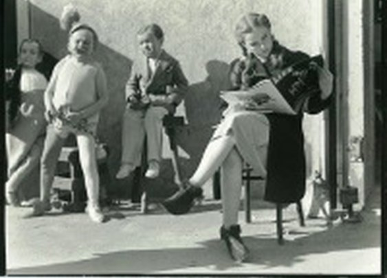 Judy Garland taking a break with some Munchkins from Oz « The Carper