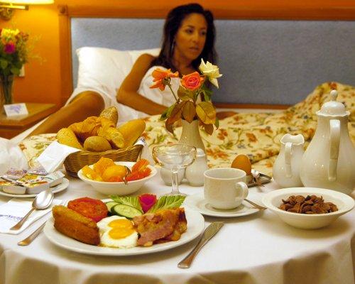 8 Romantic Breakfast In Bed Ideas