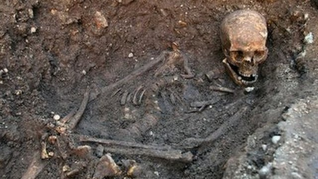 Richard III dig: DNA confirms bones are king's