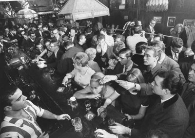 How to Get a Drink at a Busy Bar | The Art of Manliness