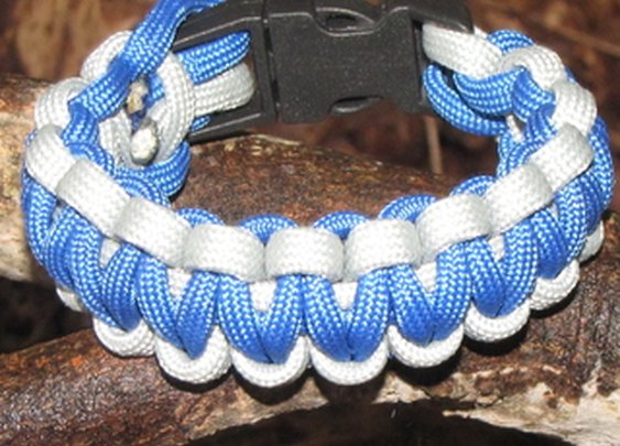 How To Make a Two Color Survival Bracelet.