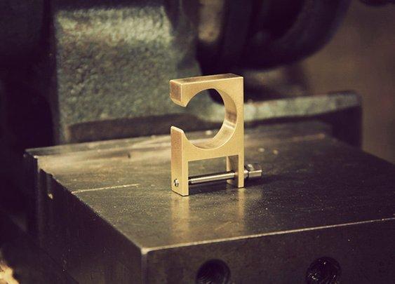 Minimalist Key Shackle II Brass - J.L. Lawson & Co | Cool Material