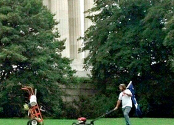 'God bless that man': Civilian defies Shutdown Theater, mows Lincoln Memorial lawn [pics, video]  |   Twitchy