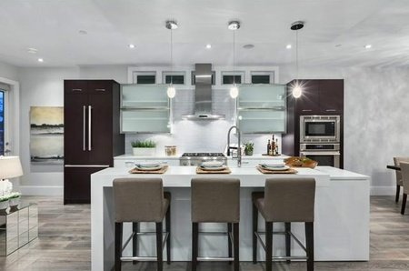 Contemporary finishings with top-quality Italian designed kitchen.