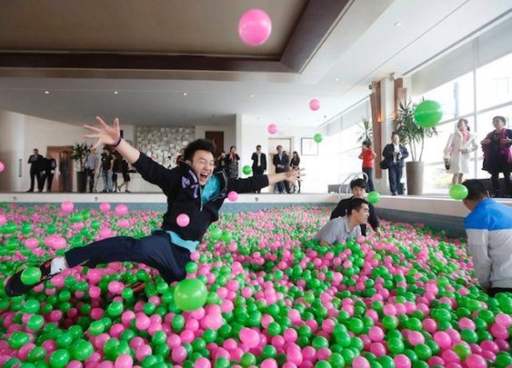 My Dream World!: Hotel Creates World's Largest Ball Pit | Geekologie