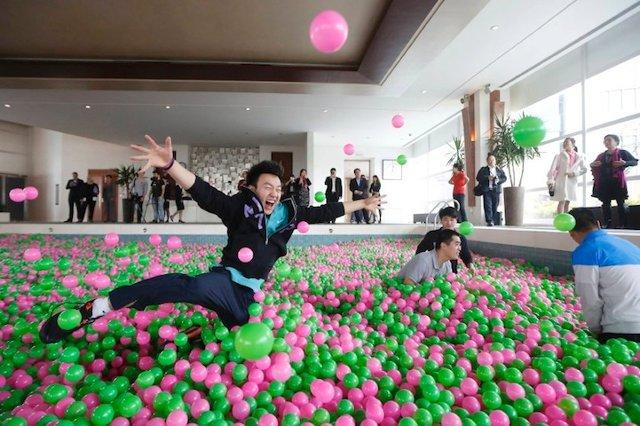My Dream World!: Hotel Creates World's Largest Ball Pit   Geekologie