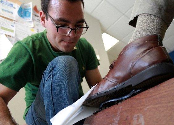 Limpia zapatos para cubrir sus gastos estudiantiles