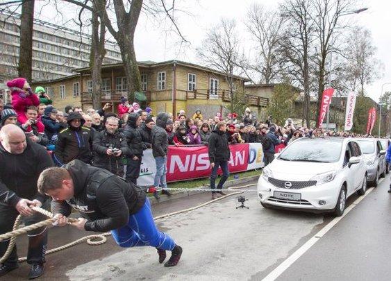 World's Strongest Man champion pulls a dozen Nissan Note hatchbacks to set record