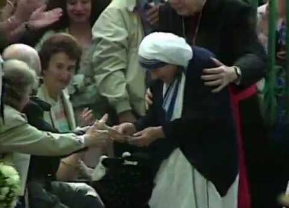 Penn And Teller BS Christopher Hitchens on Mother Teresa - YouTube