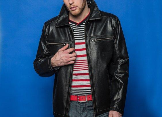 Manteau 3/4 en cuir + T-Shirt Col en V à rayures + Jean lustré