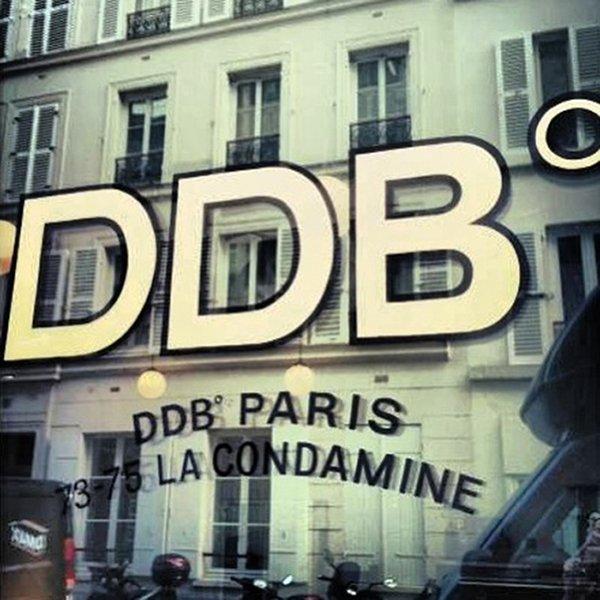 DDB Paris: Media agency offices in a café