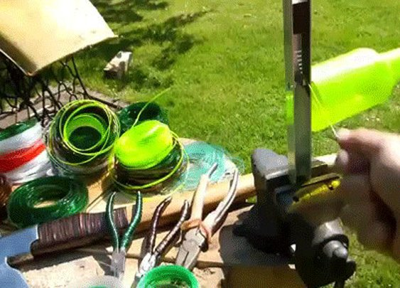 Genius guy transforms plastic bottles into super strength plastic rope
