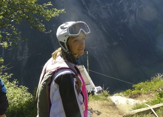 BBC News - The girls base jumping off cliffs in the Swiss Alps