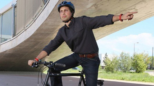 Intelligent Blinker bracelet automatically gives cyclists flashing turn signals