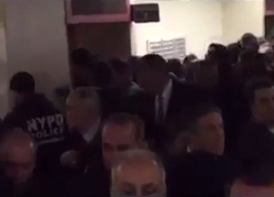NYPD officers turn their backs on NYC mayor as he enters press conference (VIDEO)
