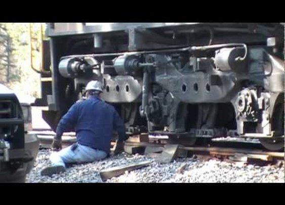 Rerailing-An-SD40-2-Locomotive.mpg - YouTube