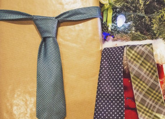 Christmas Tie Gift Giving Guide