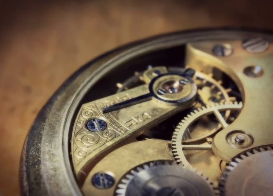 Inside Your Watch: How Quartz and Mechanical Movements Work [Infographic]