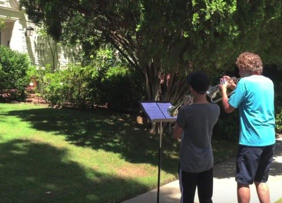 Two musicians played the theme from Star Wars outside John Williams' house, and he popped out to meet them - Williams News