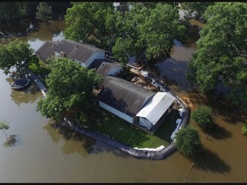 Resident uses AquaDam to protect home from floodwaters - YouTube