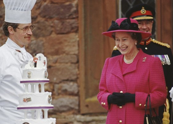 Pics of Queen Elizabeth and Cake