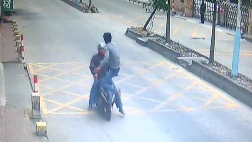 Trucker kicks thief off speeding motorbike to retrieve stolen phone - YouTube