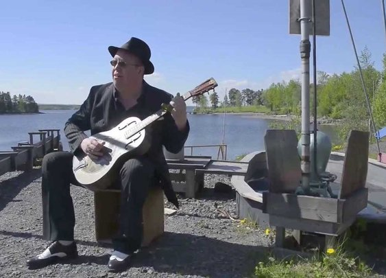 Swedish Bluesman Uses a Water Pump to Keep the Beat While He Plays His 1933 National Duolian