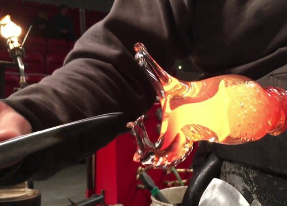 Glassblower Effortlessly Turns A Ball Of Molten Goo Into A Realistic Horse