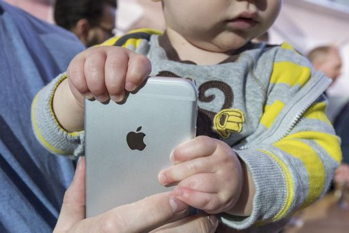 Two Major Apple Shareholders Push for Study of iPhone Addiction in Children