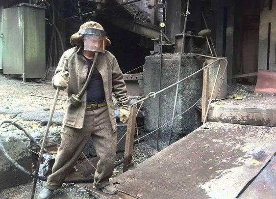 Guy Puts Bare Hand In Molten Metal