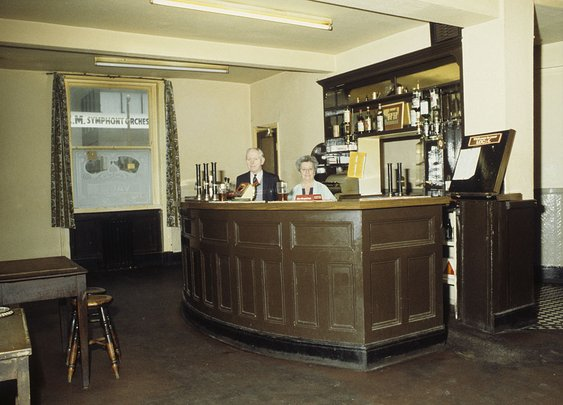16 Snapshots Of Manchester Pubs In The 1960s And 1970s - Flashbak